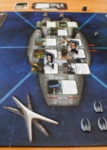 Die Galactica im Kampf gegen Zylonenschiffe